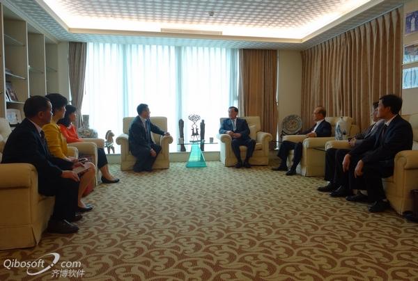 连战主席、林丰正副主席与访问团成员亲切交谈